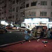 Des enfants jouent au billard dans la rue principale d'Aden, Ma'ala street, le 14 juin 2017, après l'Iftar.