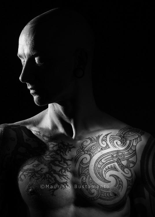 """Mit Spiritualität<br /> und Weisheit<br /> """"Das hat mein neuseeländischer Kumpel<br /> Dan gemacht, ein Maori. Ihn habe ich auf<br /> einer Tattoo-Convention kennengelernt.<br /> Es hat gleich geklickt. Über das Motiv<br /> haben wir lange gesprochen. Es hat mit<br /> bestimmten inneren Erfahrungen zu tun,<br /> Stichwort Meditation. Für die Maori ist<br /> das sogenannte Whakapappa ganz<br /> wichtig. Das ist eine Art Genealogie:<br /> Wie entsteht etwas? Wo kommt alles<br /> Leben her? Wo kommt ein Gedanke her,<br /> eine Inspiration, was ist die Welt?<br /> Darüber habe ich nächtelang mit Dan<br /> diskutiert. Da trifft sich Spiritualität,<br /> Quantenphysik und indigene Weisheit,<br /> das ist total spannend. Das floss alles<br /> ins Tattoo hinein. Das sind sogenannte<br /> Manaias, übernatürliche Fabelwesen.<br /> Sie können ganz unterschiedliche<br /> Bedeutungen haben, je nach Zusammenhang.<br /> Die Bedeutung liegt aber nicht<br /> in den Linien. Die haben nur eine Bedeutung<br /> wegen der Erfahrungen, die ich<br /> in Neuseeland gemacht habe. Ideal ist<br /> es, wenn die äußeren Linien den inneren<br /> Ausdruck widerspiegeln.""""<br /> Elvis (38) hat ein Custom Tattoo<br /> Studio in Hamburg."""