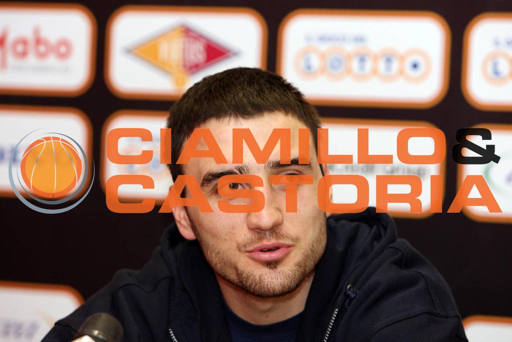 DESCRIZIONE : Roma Lega A 2009-10 Lottomatica Virtus Roma Presentazione Tadija Dragicevic <br /> GIOCATORE : Tadija Dragicevic <br /> SQUADRA : Lottomatica Virtus Roma<br /> EVENTO : Campionato Lega A 2009-2010<br /> GARA :  <br /> DATA : 29/01/2010<br /> CATEGORIA : Presentazione ritratto<br /> SPORT : Pallacanestro<br /> AUTORE : Agenzia Ciamillo-Castoria/GiulioCiamillo<br /> Galleria : Lega Basket A 2009-2010 <br /> Fotonotizia : Roma Campionato Italiano Lega A 2009-2010 Lottomatica Virtus Roma<br /> Predefinita :