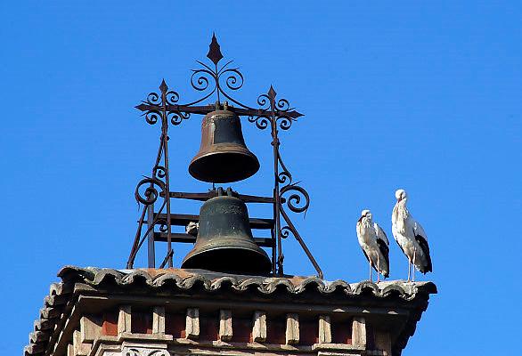 Spanje, Tudela, 26-5-2007  Twee ooievaars zitten op een gebouw naast twee klokken.Foto: Flip Franssen/Hollandse Hoogte