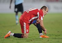 Fussball 1. Bundesliga  Saison   2010/2011   08.01.2011 FC Bayern Muenchen -  Al Wakrah Sport Club Arjen Robben (FC Bayern Muenchen) bindet sich dei Fussballschuhe