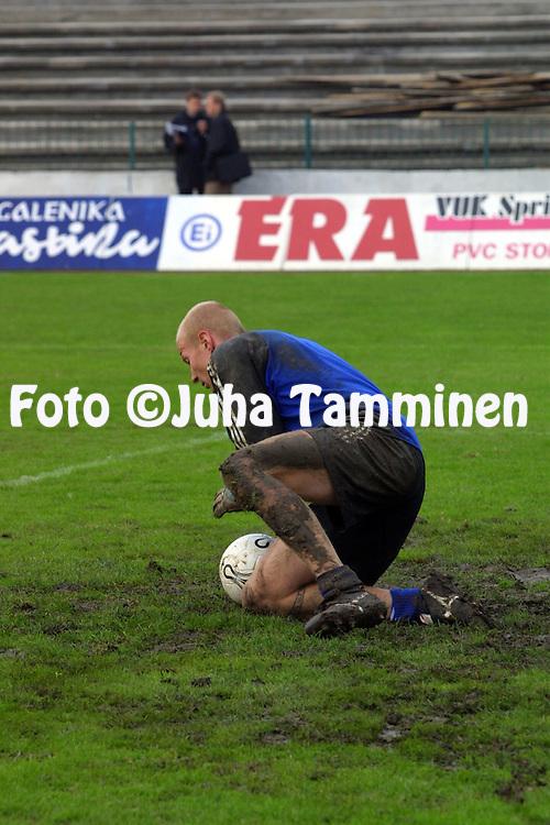14.10.2002, Stadion FK Zemun, Belgrad..Teuvo Moilanen maajoukkueen harjoituksissa mutaisella kent?ll?..©Juha Tamminen