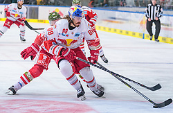 09.04.2018, Eisarena, Salzburg, AUT, EBEL, EC Red Bull Salzburg vs HCB Südtirol, Finale, 2. Spiel, im Bild v.l.: Alexander Egger (HC Bozen), Peter Mueller (EC Red Bull Salzburg) // during the Erste Bank Icehockey 2nd final match between EC Red Bull Salzburg and HCB Südtirol at the Eisarena in Salzburg, Austria on 2018/04/09. EXPA Pictures © 2018, PhotoCredit: EXPA/ JFK