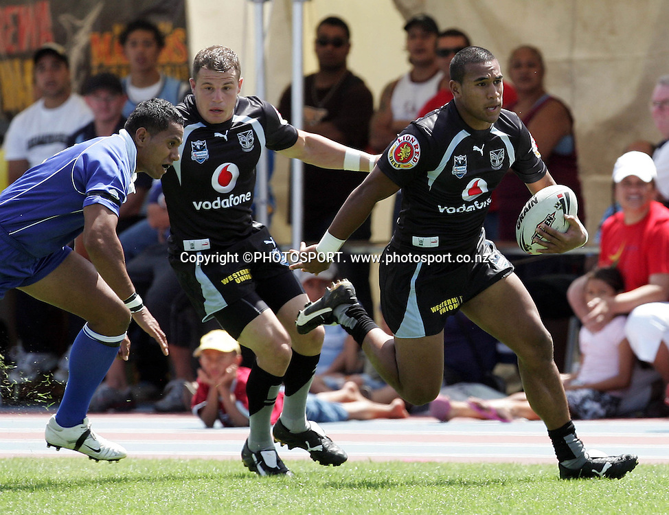 Warriors centre Cooper Vuna races up the sideline at the pre season trial match between the Vodafone Warriors and Auckland Lions at Mt Smart Stadium, Auckland, on Sunday 18 February 2007. Photo: Renee McKay/PHOTOSPORT<br />