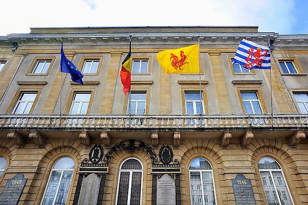 Belgie, Arlon, 20-10-2010Staarbeeld in deze stad in de belgische ardennen, provincie luxemburg, luxembourg.Op het stadhuis wapperen de vlaggen van Europa, Belgie, Wallonie en Luxemburg.Foto: Flip Franssen/Hollandse Hoogte