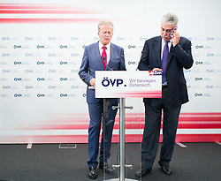 20.07.2015, Bundesparteizentrale, Wien, AUT, ÖVP, Programm zu Wirtschaft und Arbeit. im Bild v.l.n.r. Vizekanzler und Minister für Wirtschaft und Wissenschaft Reinhold Mitterlehner (ÖVP) und Bundesminister für Finanzen Hans Jörg Schelling (ÖVP) // f.l.t.r. Vice Chancellor of Austria and Minister of Science and Economy Reinhold Mitterlehner (OeVP) and Minister of Finance Johann Georg Schelling (OeVP) during press conferenc of the austrian people's party at federal party centre in Vienna, Austria on 2015/07/20. EXPA Pictures © 2015, PhotoCredit: EXPA/ Michael Gruber