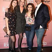 NLD/Amsterdam/20200203 - Premiere musical Verliefd op Ibiza, Rick Engelkes met partner Marie Claire Noorlander en de dochters van Rick