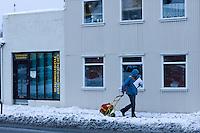 Pósturinn að störfum á Hverfisgötu að vetri til.