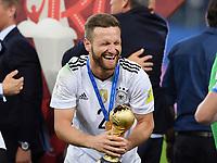 FUSSBALL FIFA Confed Cup 2017 FINALE IN ST. PETERSBURG Chile - Deutschland                       02.07.2017 Deutschland gewinnt den Confed Cup 2017:Shkodran MUSTAFI jubelt mit dem Pokal
