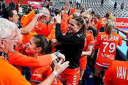 06-12-2019 JAP: Norway - Netherlands, Kumamoto<br /> Last match groep A at 24th IHF Women's Handball World Championship. / The Dutch handball players won in an exciting game of fear gegner Norway and wrote in the last group match at the World Handball  World Championship history (30-28). /Martine Smeets #24 of Netherlands, Inger Smits #20 of Netherlands,  Dutch support