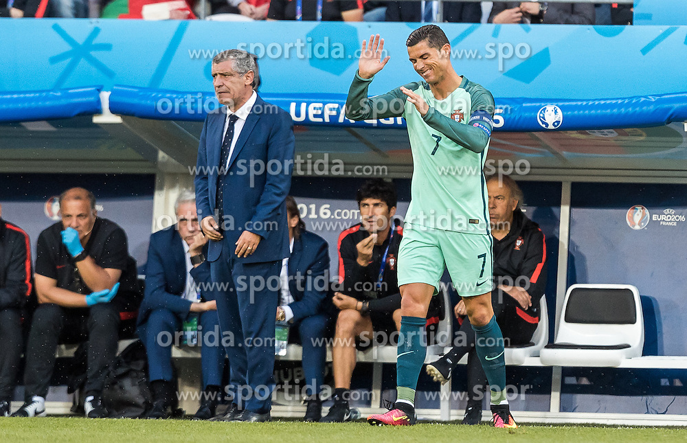 25.06.2016, Stade Bollaert Delelis, Lens, FRA, UEFA Euro 2016, Kroatien vs Portugal, Achtelfinale, im Bild Coach Fenando Santos (POR), Cristiano Ronaldo (POR) // Coach Fenando Santos (POR), Cristiano Ronaldo (POR) during round of 16 match between Croatia and Portugal of the UEFA EURO 2016 France at the Stade Bollaert Delelis in Lens, France on 2016/06/25. EXPA Pictures © 2016, PhotoCredit: EXPA/ JFK