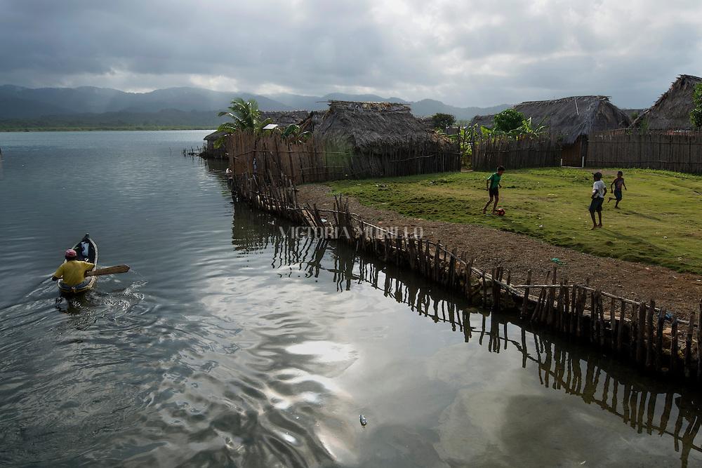 La  isla de Ustupu, perteneciente a la comarca indígena  Guna Yala,  forma parte del archipiélago de 365 islas a lo largo de la costa caribe noreste de Panamá..En Ustupu se genero la  Revolución Guna  en 1925, en la que los indígenas Gunas se defendieron ante las autoridades panameñas, que obligaban a los indígenas a occidentalizar su cultura a la fuerza. los Gunas con el aval del gobierno panameño, crearon un territorio autónomo llamado comarca indígena de Guna Yala, para garantizar la seguridad de la población y cultura Guna..(Ramón Lepage).