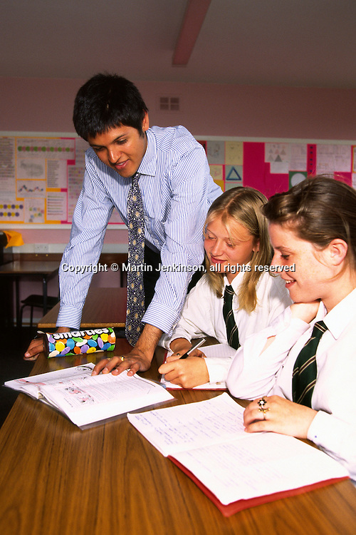 New Teacher in his first year talking to pupils in a Secondary School...© Martin Jenkinson tel 0114 258 6808  mobile 07831 189363 email martin@pressphotos.co.uk  NUJ recommended terms & conditions apply. Copyright Designs & Patents Act 1988. Moral rights asserted credit required. No part of this photo to be stored, reproduced, manipulated or transmitted by any means without prior written permission.