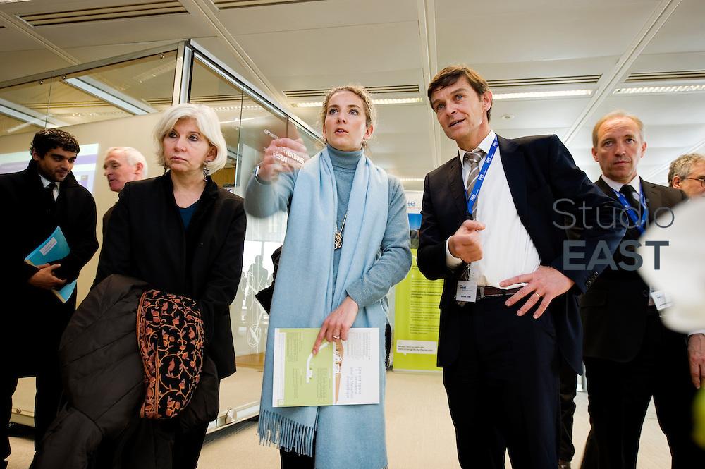 Mme Delphine Batho (centre, écharpe bleue), ministre de l'environnement et de l'énergie, dans le showroom Recherche et développement de RTE, à Puteaux, près de Paris, France, le 30 mars 2013. Photo : Lucas Schifres