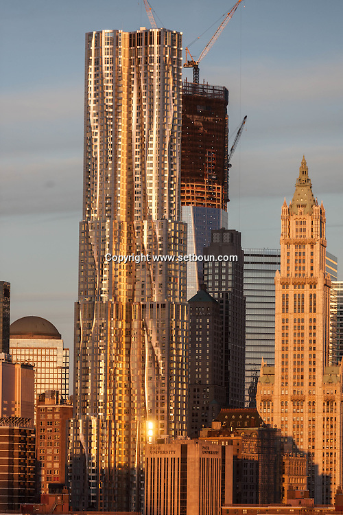New York  The new World trade center tower under construction and the gehry tower. .lower manhattan skyline /  la nouvelle tour du world trade center et la Gehry towert, Le skyline de Lower Manhattan