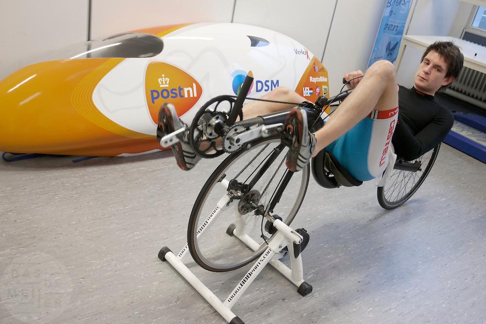 Oud-schaatser Jan Bos probeert het nieuwe trapsysteem uit die op de recordfiets komt.Studenten van de TU Delft en VU Amsterdam verrichten metingen aan de renners die een poging gaan wagen om het wereldrecord fietsen te verbreken. Oud-schaatser Jan Bos en Sebastiaan Bowier gaan proberen het record van 133 km/h te verbreken. Wil Baselmans en Alwin Visker zijn geselecteerd om het werelduurrecord te verbreken. In 2011 haalde Bowier 129 km/h. De andere rijders doen voor het eerst mee.<br /> <br /> Jan Bos is trying a new cycling system on a test bike. Students of the TU Delft and the VU Amsterdam are measuring the condition of the for riders who will try to attempt to break the world record speed biking. Former skater Jan Bos and Sebastiaan Bowier will try to set a new top speed record. Wil Baselmans and Alwin Visker are selected to set a new top distance in an hour. Bowier reached in 2011 129 km/h, the world record is 133 km/h.