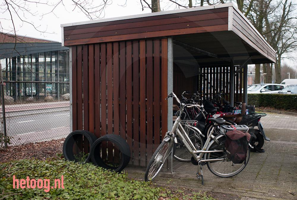 nederland, enschede 19feb2015 iemand heeft zijnof haar versleten autobanden gedumt om geen milieu heffing te hoeven betalen: economisch delict.