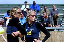 20-08-2006 VOLLEYBAL: NK BEACHVOLLEYBAL: SCHEVENINGEN<br /> Sanne Keizer en Marrit Leenstra<br /> &copy;2006-WWW.FOTOHOOGENDOORN.NL