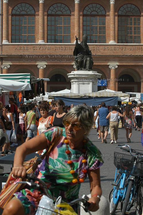 Rimini, 20/07/2005: statua del Pontefice Paolo III in piazza Cavour - Pontefix Paolo III statue.<br /> &copy; Andrea Sabbadini