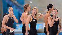 Olympia 2012 London   Aquatics Centre  28.07.2012 Die enttaeuschten Schwimmerinnen Daniela Schreiber, Lisa Vitting, Britta Steffen und Silke Lippok (von links, alle GER) nach dem Staffel-Vorlauf  4 x 100 Meter