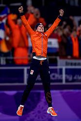 12-02-2018: Olympische Spelen: Dag 3: Pyeongchang<br /> Schaatsen 1500 vrouwen / Ireen Wust heeft een unieke serie neergezet op de Olympische Spelen. De 31-jarige schaatsster veroverde bij haar vierde Winterspelen op rij een gouden medaille op een individuele afstand, haar vijfde goud in totaal. Wust zegevierde op de ijsbaan in Gangneung op de 1.500 meter. De Nederlandse hield met 1.54,35 alle concurrentes achter zich.
