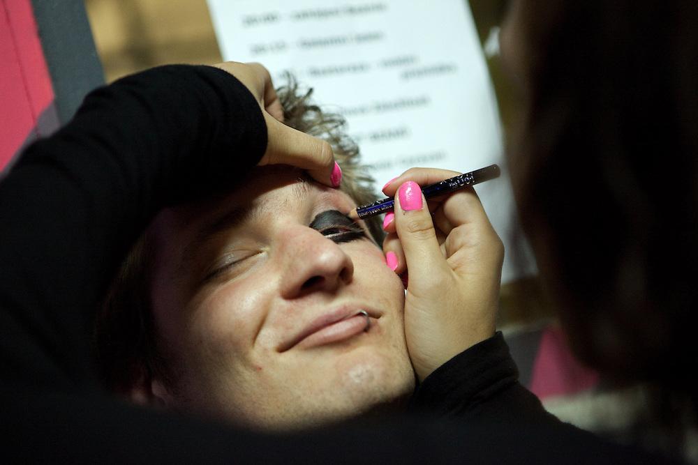 Junger Besucher der MeetFactory im Prager Stadtteil Smichov läßt sich schminken während einer Abendveranstaltung mit Kunst und Live Musik.