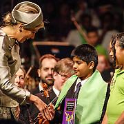 NLD/Amsterdam/20160309 - Koningin Maxima aanwezig bij 10 jarig bestaan Leerorkest Lustrumconcert, Maxima krijgt boek van kinderen