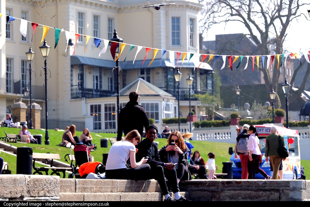 ©London News Pictures. 09/04/15. Richmond. UK. People enjoy the warm weather by the banks of the River Thames today 9th April 2015.<br /> <br /> Photo credit: Stephen Simpson/LNP