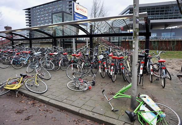 Nederland, Nijmegen, 3-1-2012Fietsen liggen op de grond bij station Heyendaal. Foto: Flip Franssen/Hollandse Hoogte