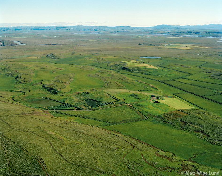 Hnaus og Kampholt í bakgrunni séð til norðurs, Flóahreppur áður Villingaholtshreppur / Hnaus and Kampholt in background viewing north. Floahreppur former Villingaholtshreppur.