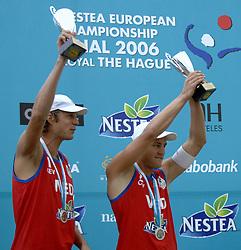 26-08-2006: VOLLEYBAL: NESTEA EUROPEAN CHAMPIONSHIP BEACHVOLLEYBALL: SCHEVENINGEN<br /> Jochem de Gruijter en Gijs Ronnes winnen de zilveren medaille op het EK Beach<br /> ©2006-WWW.FOTOHOOGENDOORN.NL