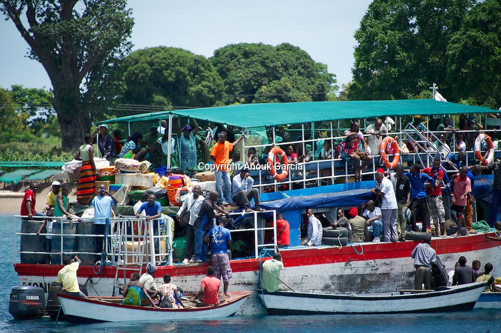 A Lagoas Niassa, mundialmente tamb&eacute;m chamado de Lagoa Malawi  &eacute; um dos grandes lagoas africanas. Ela faz fronteira com o Malawi, a Tanzania e ao Mo&ccedil;ambique.<br /> A lagoa esta na raizes da historia do homem africano na Vale do Rift. A lagoa esta famos&iacute;ssima porque ela tem muita esp&eacute;cies de pesca e se encontra mais de 30% das esp&eacute;cies de ciclid&eacute;os do mundo. <br /> O n&iacute;vel da &aacute;gua varia com as esta&ccedil;&otilde;es do ano e tem ainda um ciclo de longa dura&ccedil;&atilde;o, com os n&iacute;veis mais altos em anos recentes, desde que existem registos.<br /> Tem tempestades, ondas e praia de areia branca. Es um mar de agua doce com um sirito muy forte a onde se instalo um dos Lodge o mais incr&iacute;vel da Africa. O Nkwichi Lodge na costa mo&ccedil;ambicana.