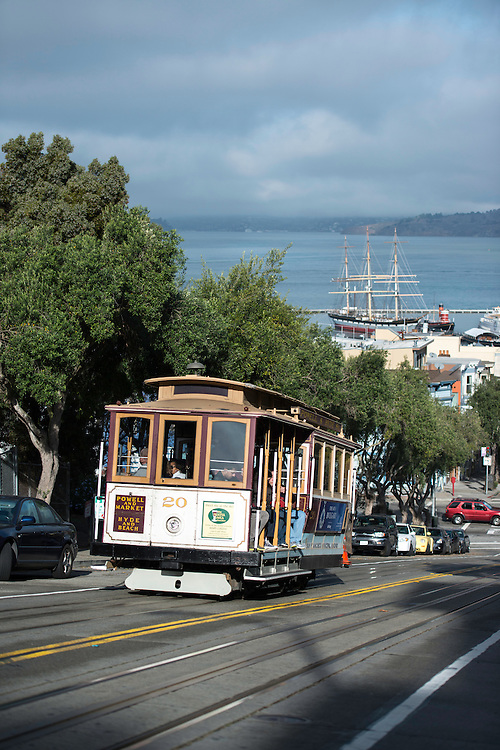 Cable Car 20 ascends Russian Hill on it's way to the Lomaberd Street stop | December 2, 2013