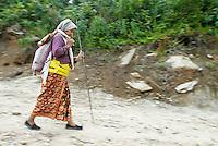 Nepal. Vallee de l Arun. Region Est du Nepal. Femme d ethnie Chetri. // Nepal. Arun valley, East Nepal. Chetri ethnic group woman.
