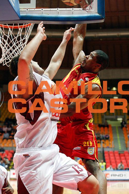 DESCRIZIONE : Livorno Lega A2 2008-09 Basket Livorno Prima Veroli<br /> GIOCATORE : Hines Kyle Tyrrel<br /> SQUADRA : Prima Veroli<br /> EVENTO : Campionato Lega A2 2008-2009<br /> GARA : Basket Livorno Prima Veroli<br /> DATA : 01/11/2008<br /> CATEGORIA : Schiacciata<br /> SPORT : Pallacanestro<br /> AUTORE : Agenzia Ciamillo-Castoria/Stefano D'Errico<br /> Galleria : Lega Basket A2 2008-2009 <br /> Fotonotizia : Livorno Lega A2 2008-2008 TDShop.it Livorno Prima Veroli<br /> Predefinita :