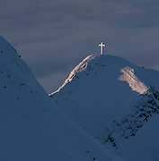 Das Gipfelkreuz auf dem Moléson glänzt in der Sonne, 2002 ü.M.; croix sur le sommet du Moléson, brillant sous le soleil dans la neige. Janvier 2010.