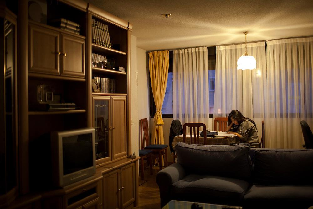 Abigail estudiando en el salon de su casa