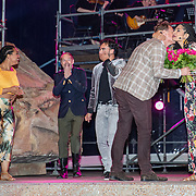 NLD/Rosmalen/20190620 - Aida in concert, Albert Verlinde geeft bloemen aan April Darby