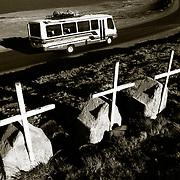 NUMEROSAS CRUCES RECUERDAN LAS TRAGEDIAS   OCURRIDAS A LO LARGO DE LA CARRETRA DE LOS<br />  YUNGAS. BOLIVIA. FOTO : JORDI CAMI
