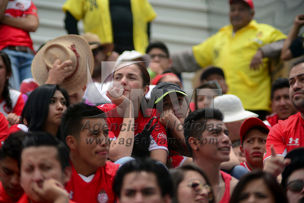 Toluca, México (Mayo 01, 2016).- Aficionados de los Diablos Rojos del Toluca durante el encuentro ante Cruz Azul, correspondiente a la jornada 16 del Torneo Clausura 2016, en donde la escuadra escarlata perdió con un marcador de 0-2, quedando fuera de la liguilla.  Agencia MVT / Crisanta Espinosa