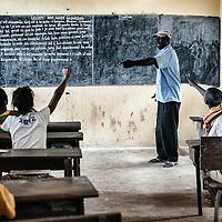 24/07/2014. Conakry. Guinée Conakry. Lycée collège 28 septembre  dans le quartier de Kaloum. Un professeur offre des cours de soutien pendant les vacances scolaires. ©Sylvain Cherkaoui/Cosmos pour M le magazine du Monde