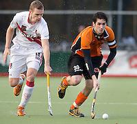 EINDHOVEN - Amsterdam speler Mirco Pruijser (l) met Robert van der Horst van OZ  ,  zondag tijdens de hoofdklasse hockeywedstrijd tussen Oranje-Zwart en Amsterdam (3-0).  FOTO KOEN SUYK.