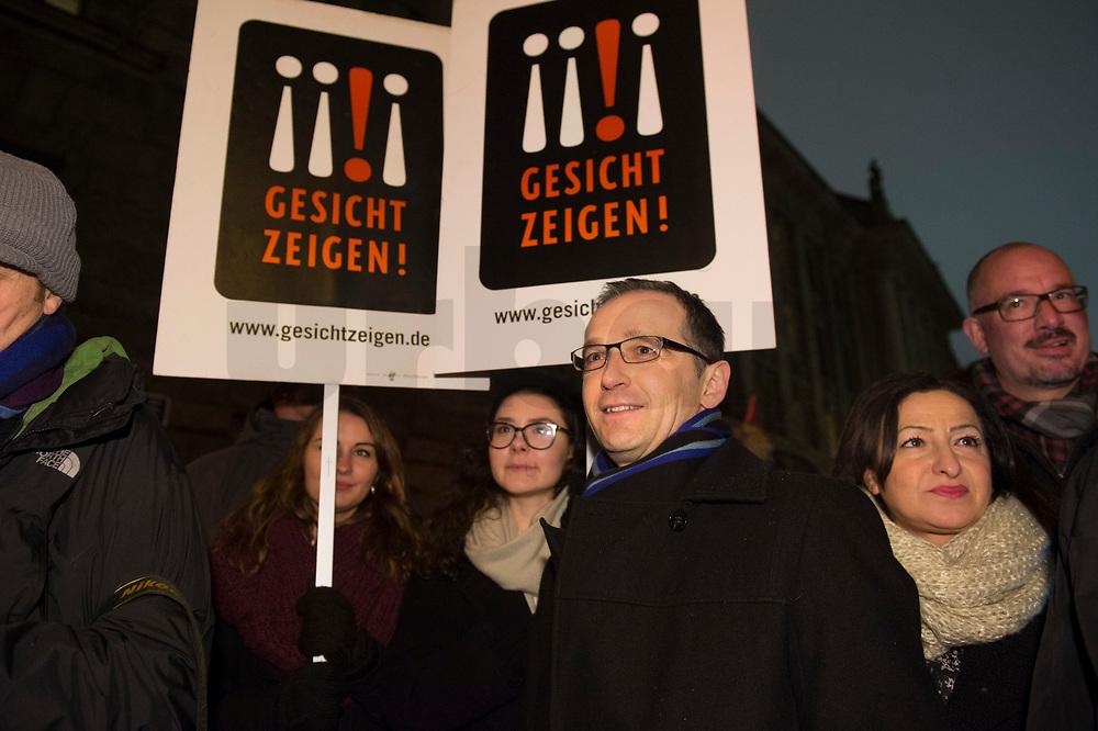 """05 JAN 2015, BERLIN/GERMANY:<br /> Heiko Maas (M), SPD, Bundesjustizminister, mit Unterstuetzern der Aktion """"Gesicht zeigen!""""auf der NoBaergida-Demo, der Demo des Buendnisses gegen Rassismus gegen die Demo der Pegida / Baergida, Berlin-Mitte<br /> IMAGE: 20150105-01-010<br /> KEYWORDS: NoBärgida, Bärgida, Demonstration, Protest, Gegendemo"""