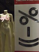 Soldes, SALE, Action, Ausverkauf: le corps féminin, poupées, Mannequins, vitrines, vente, Verkauf, Frauenkörper, silhouetten. © Romano P. Riedo