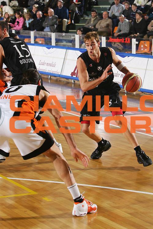DESCRIZIONE : Udine Lega A1 2005-06 Snaidero Udine Caffe Maxim Virtus Bologna <br /> GIOCATORE : English <br /> SQUADRA : Maxim Virtus Bologna <br /> EVENTO : Campionato Lega A1 2005-2006 <br /> GARA : Snaidero Udine Caffe Maxim Virtus Bologna <br /> DATA : 30/12/2005 <br /> CATEGORIA : Penetrazione <br /> SPORT : Pallacanestro <br /> AUTORE : Agenzia Ciamillo-Castoria/S.Silvestri