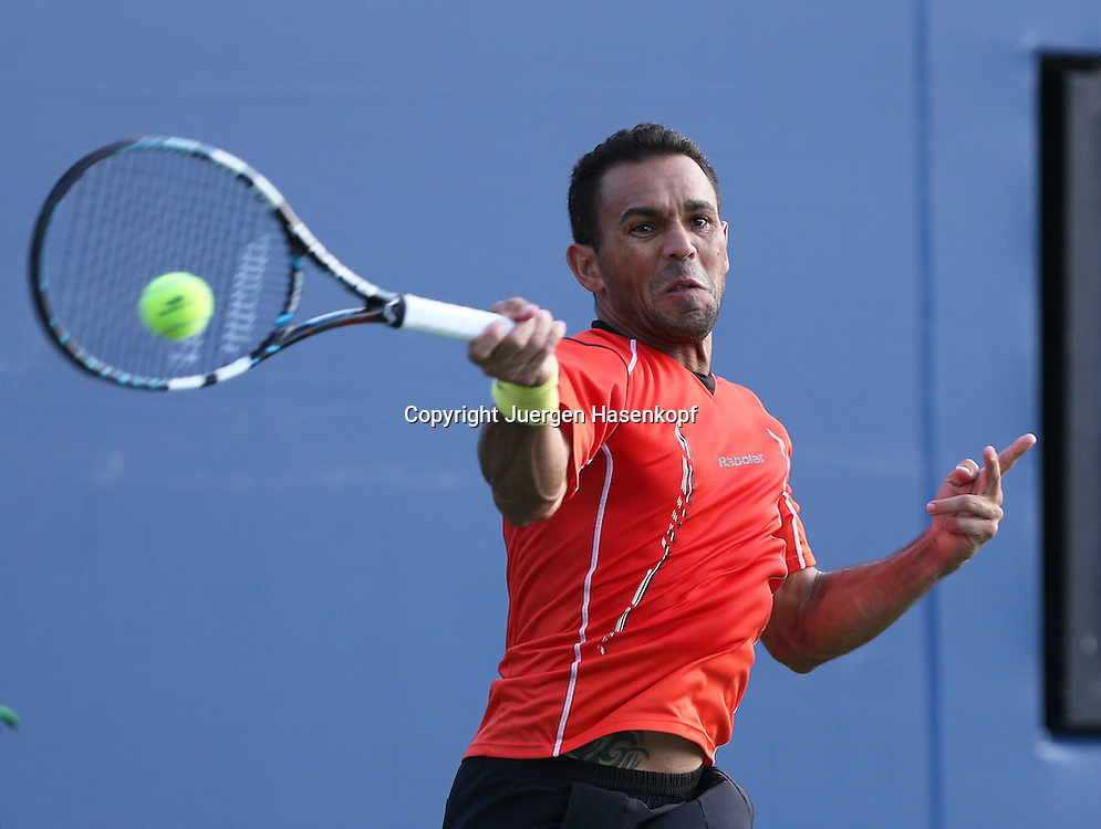 US Open 2014, USTA Billie Jean King National Tennis Center, Flushing Meadows, New York,ITF Grand Slam Tennis Tournament, Victor Estrella Burgos (DOM),<br /> Aktion,Einzelbild,Halbkoerper,Querformat,