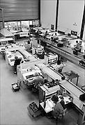 Nederland, Almelo, 1-11-1985<br /> Serie beelden gemaakt voor twaalf verhalen in het blad Intermediair eind 1985, begin 1986 over de staat van de nederlandse economie per provincie . Computercomponenten worden bij elkaar gebracht bij het bedrijf SPA. De computer deed voorzichtig zijn intrede, er bestond geen mobiele telefoon, gsm, of internet . De analoge maatschappij . Transitie naar het computertijdperk en automatisering, robotisering .<br /> Foto: Flip Franssen