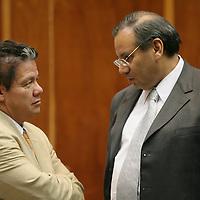 Toluca, Mex.- Los diputados Domitilo Posadas del PRD y Francisco Garate Chapa del PAN, conversan durante la sesion del Congreso del estado de México esta madrugada. Agencia MVT / Mario Vazquez de la Torre. (DIGITAL)<br /> <br /> <br /> <br /> <br /> <br /> <br /> <br /> NO ARCHIVAR - NO ARCHIVE