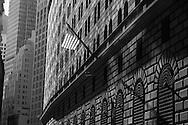 New York , american flag on the federal reserve bank building / drapeau americain sur l'immeuble  de la banque de la reserve Federale