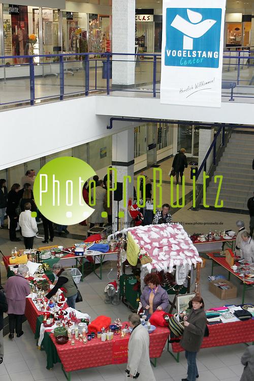 Mannheim. Vogelstang. Einkaufszentrum Vogelstang. Aktion Sorgentopf erh&auml;lt eine 1000 Euro Spende. - Er&ouml;ffnung kleiner Weihnachtsbasar.<br /> <br /> Bild: Markus Pro&szlig;witz<br /> ++++ Archivbilder und weitere Motive finden Sie auch in unserem OnlineArchiv. www.masterpress.org ++++